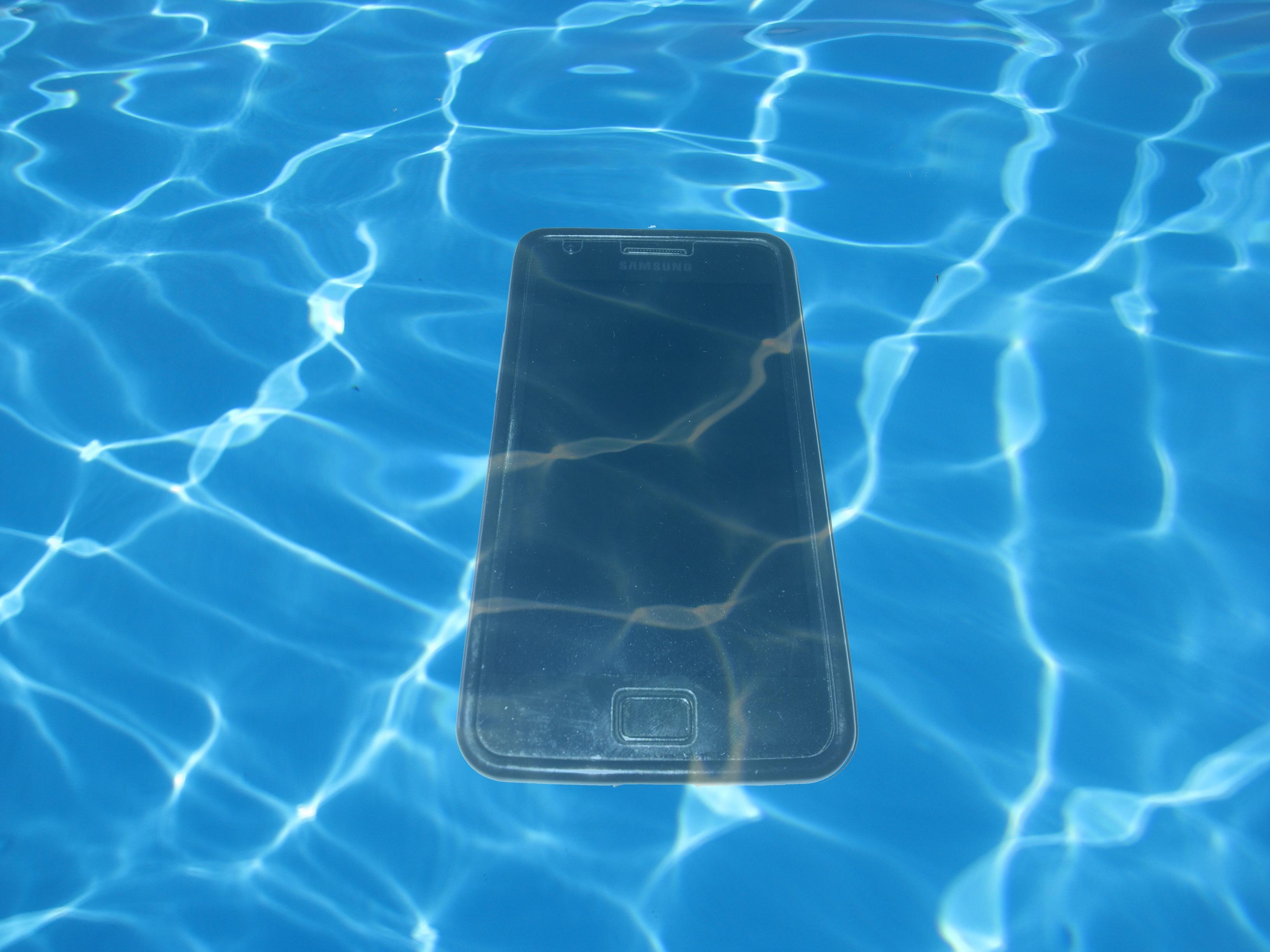 Únete a la moda de los móviles acuáticos