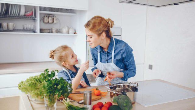 https://www.mistercomparador.com/noticias/wp-content/uploads/2018/03/beneficios-de-aprender-a-cocinar-desde-ninos-640x360.jpg